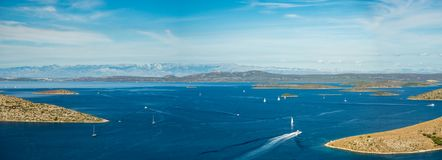 Vue panoramique aérienne des îles en Croatie avec beaucoup de yachts de navigation entre, paysage de parc national de Kornati dan Photo libre de droits