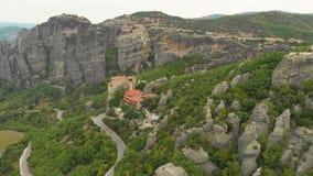 Vue panoramique aérienne impressionnante de la belle vallée célèbre de Meteora banque de vidéos