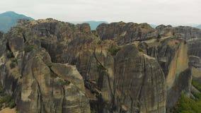 Vue panoramique aérienne impressionnante de la belle vallée célèbre de Meteora clips vidéos