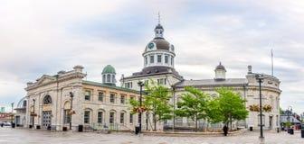 Vue panoramique au bâtiment de l'hôtel de ville avec le marché à Kingston - Canada photo libre de droits