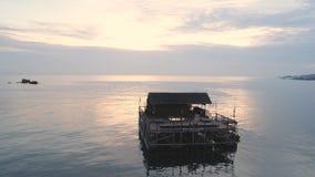Vue panoramique au-dessus d'une plage tropicale avec le pavillon au-dessus de la mer, île de deux points, mer des Caraïbes projec images stock