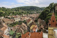 Vue panoramique au-dessus de l'architecture de paysage urbain et de toit dans Sighisoara, Roumanie photographie stock