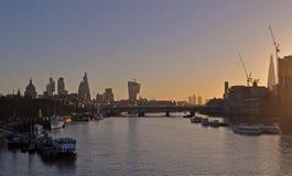 Vue panoramique au-dessus de la Tamise du pont de Waterloo le soir photos libres de droits