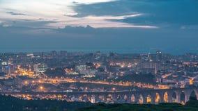 Vue panoramique au-dessus de Lisbonne et Almada d'un point de vue dans la nuit de Monsanto au timelapse de jour banque de vidéos