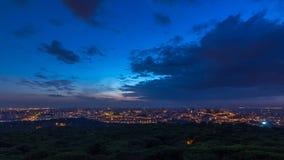 Vue panoramique au-dessus de Lisbonne et Almada d'un point de vue dans la nuit de Monsanto au timelapse de jour clips vidéos