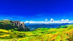 Vue panoramique au-dessus de montagne de Schlern au Tyrol du sud photos libres de droits