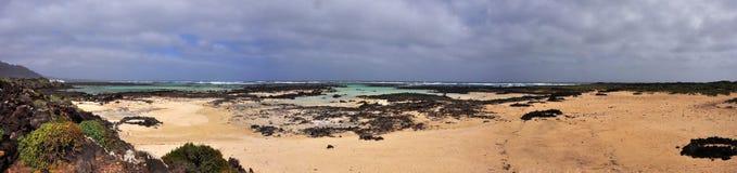Vue panoramique au-dessus de plage et de côte d'île volcanique espagnole Lanzarote Photo libre de droits