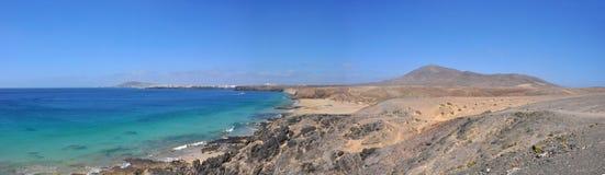 Vue panoramique au-dessus de plage et de côte d'île volcanique espagnole Lanzarote Photographie stock libre de droits