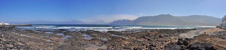 Vue panoramique au-dessus de plage et de côte d'île volcanique espagnole Lanzarote Photographie stock