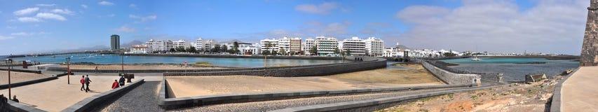 Vue panoramique au-dessus de port d'Arrecife sur l'île volcanique espagnole Lanzarote Photographie stock libre de droits