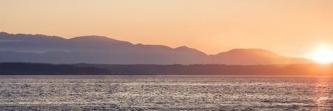 Vue panoramique au-dessus de Puget Sound des montagnes olympiques de Shilsh Photos stock