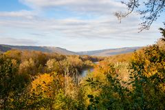 Vue panoramique au-dessus de vallée colorée de montagne avec la mer de chute de rivière Photographie stock libre de droits