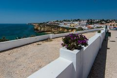 Vue panoramique au-dessus de village de pêcheur de Carvoeiro, Portugal Photos libres de droits