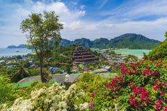 Vue panoramique au-dessus de village de Tonsai, Phi Phi Island, Thaïlande photographie stock libre de droits