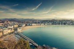 Vue panoramique au-dessus de ville et de plage de San Sebastian Photographie stock