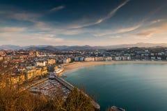 Vue panoramique au-dessus de ville et de plage de San Sebastian Image libre de droits
