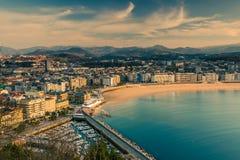 Vue panoramique au-dessus de ville et de plage de San Sebastian Photos libres de droits
