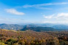 Vue panoramique au-dessus des montagnes d'automne Images stock