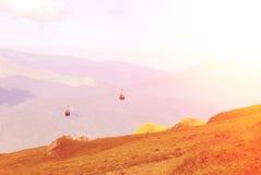 Vue panoramique au-dessus des montagnes de Carpatian et de cabine de deux bennes suspendues Photographie stock