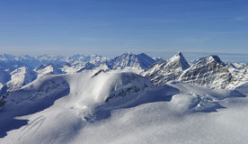 Vue panoramique aux crêtes dans la région Suisse de Jungfrau Images stock
