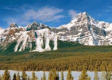 Vue panoramique aux montagnes canadiennes des Rocheuses photos stock