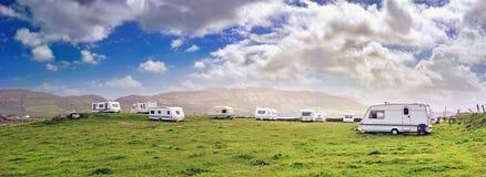 Vue panoramique avec des campeurs dans une station de vacances photographie stock