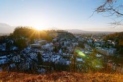 Vue panoramique avec le paysage dans le vieux coucher du soleil de Salzbourg Monchsberg de ville photos libres de droits