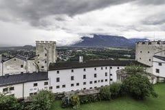 Vue panoramique avec les tours défensives de la forteresse Festung Hohensalzburg, Salzbourg, Autriche de Hohensalzburg photographie stock libre de droits