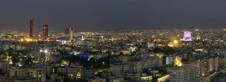 Vue panoramique centre ville du ` s d'Amman du nouveau la nuit Images libres de droits