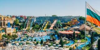Vue panoramique d'action de parc aquatique en Sunny Beach avec le nombre des glissières et des piscines pour des enfants et des a Image stock