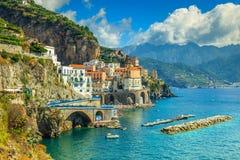 Vue panoramique d'Amalfi, de plage et de port, Italie, l'Europe photographie stock