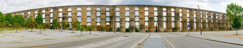 Vue panoramique d'aqueduc d'Amoreira dans la ville d'Elvas image libre de droits