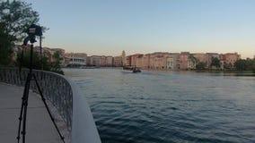 Vue panoramique d'enregistrement de caméra d'hôtel de Portofino et de bateau de taxi dans la région d'Universal Studios banque de vidéos