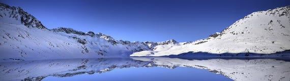 Vue panoramique d'hiver de grand étang en vallée de cinq lacs Tatra Photo stock