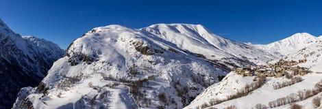 Vue panoramique d'hiver sur le village de Le Chazelet en parc national d'Ecrins Hautes-Alpes, Alpes, franc images stock