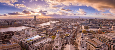 Vue panoramique d'horizon de Londres du sud et occidentale au coucher du soleil avec de beaux nuages Photo libre de droits