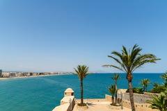 Vue panoramique d'horizon de station balnéaire de ville de Peniscola à la mer Méditerranée Images libres de droits