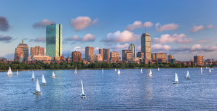 Vue panoramique d'horizon de theBoston à travers Charles River Bas Photo stock