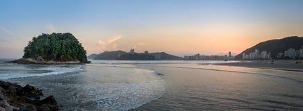 Vue panoramique d'horizon de ville de Vicente de sao et d'île d'Urubuquecaba au coucher du soleil - Santos, Sao Paulo, Brésil images stock