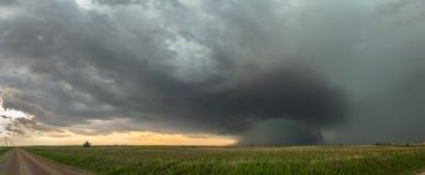 Vue panoramique d'orage de supercell au-dessus des hautes plaines dans l'Oklahoma avec un ciel vert dramatique photo stock