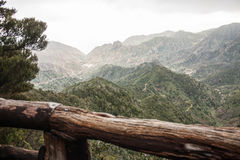 Vue panoramique d'Outlook avec des montagnes et une vallée verte Photos libres de droits