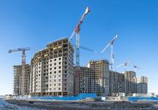 Vue panoramique d'un chantier de construction avec de hautes grues des maisons de rapport dans les microdistricts images stock