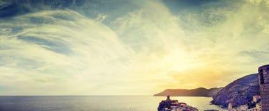 Vue panoramique d'un ciel nuageux et de la mer au coucher du soleil image stock