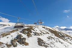 Vue panoramique d'un flanc de montagne alpin avec le remonte-pente Photo stock
