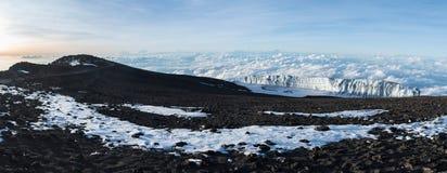 Vue panoramique d'un glacier se reposant au-dessus des nuages au sommet du mont Kilimandjaro pris au lever de soleil images stock