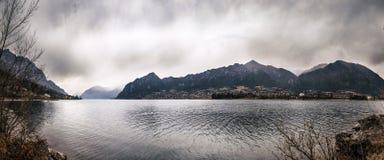 Vue panoramique d'un lac de montagne en hiver image stock