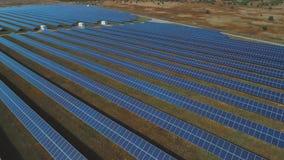 Vue panoramique d'une centrale solaire Tiré sur le bourdon banque de vidéos