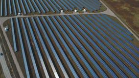 Vue panoramique d'une centrale solaire Tiré sur le bourdon clips vidéos