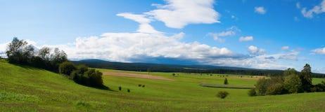 Vue panoramique d'une tempête au-dessus de la forêt noire Image stock