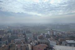Vue panoramique d'une ville avec le ciel plein des nuages photos stock